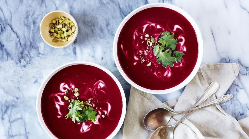 Rote-Bete-Suppe mit gerösteten Pistazien