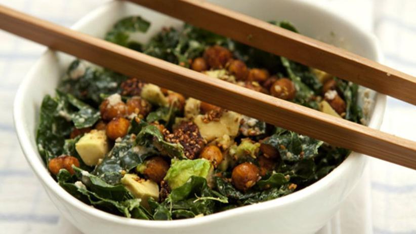 Grünkohlsalat mit gerösteten Kichererbsen und Miso-Dressing