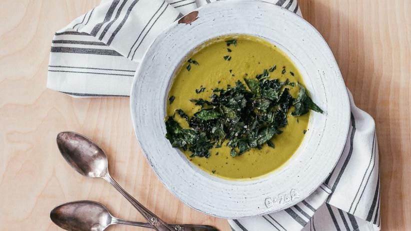 Senfgrüne Suppe mit Grünkohlchips