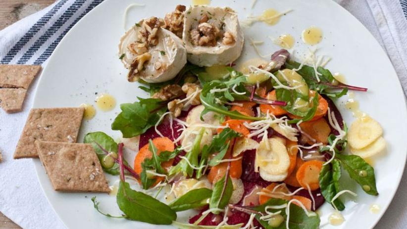 Rote-Bete-Salat mit Honig überbackenem Ziegenkäse und Walnüssen