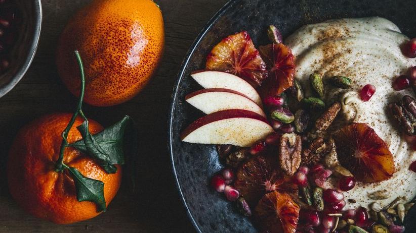 Nussmus aus Cashewkernen mit frischen Früchten