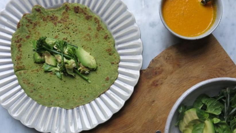 Grüne Pfannkuchen mit einem Dressing aus Tahini, Zitronensaft, Honig und pürierter Karotte