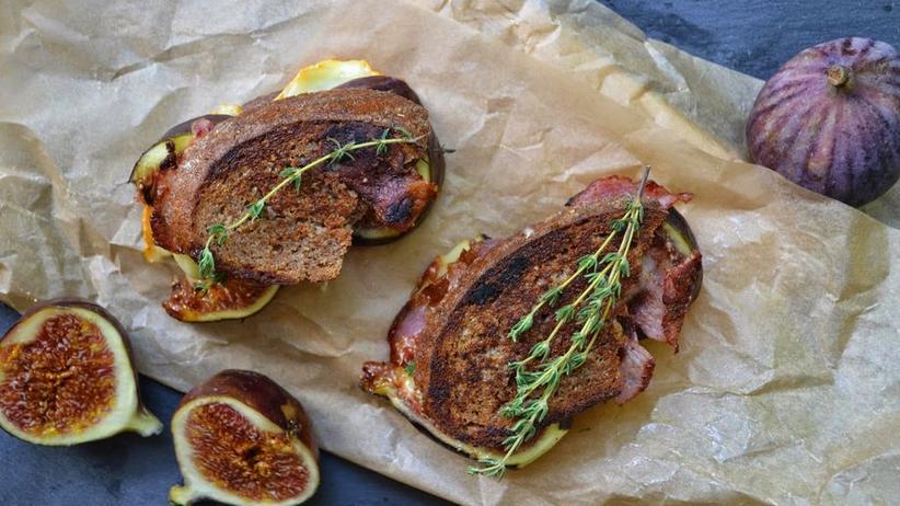 Grilled-Cheese-Sandwich mit Honig-Feigen, Speck und Thymian