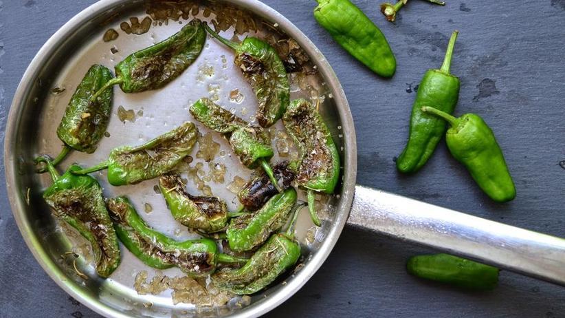 Pimientos de Padrón: Kleine gebratene grüne Paprika mit Meersalz