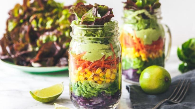 Salat mit Avocadodressing im Einmachglas