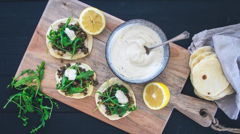 Selbstgemachte Tacos mit Linsen, Tahini-Joghurt-Dip und Rucola