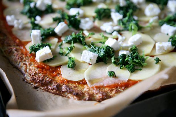 Selbstgemachte Pizza mit Blumenkohlboden
