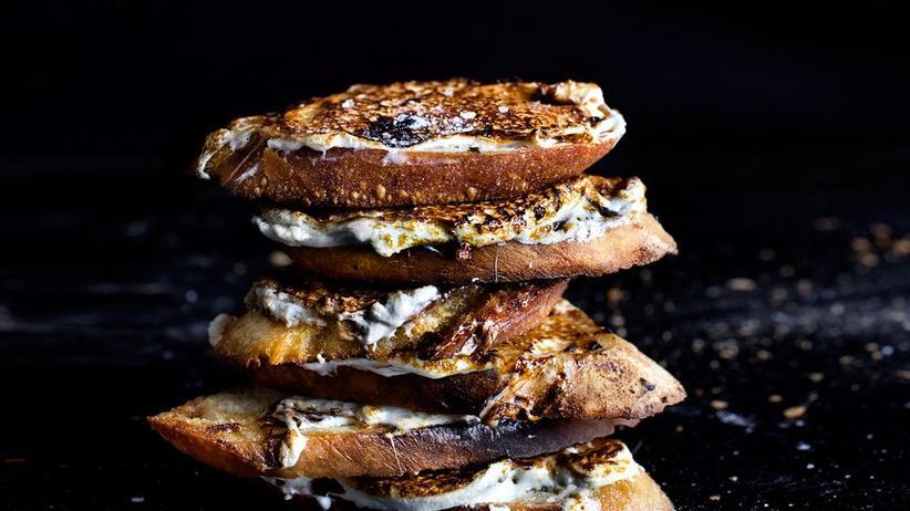 Marshmallow-Sandwich mit grobem Meersalz