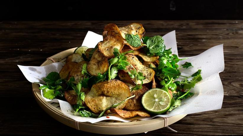 Thaikräutersalat mit selbstgemachten Kartoffelchips
