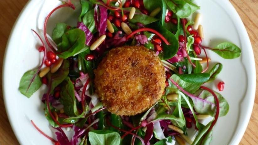 Sommerlicher Salat mit Granatapfelkernen und paniertem Ziegenkäse