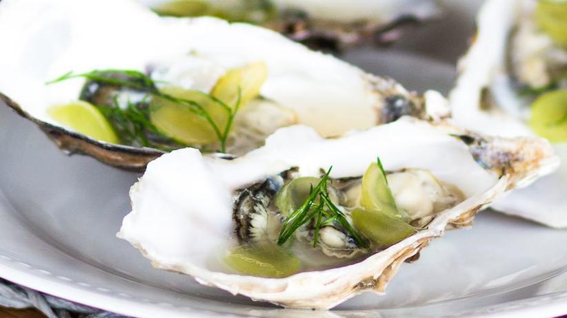 Austern mit weißen Weintrauben und Dill
