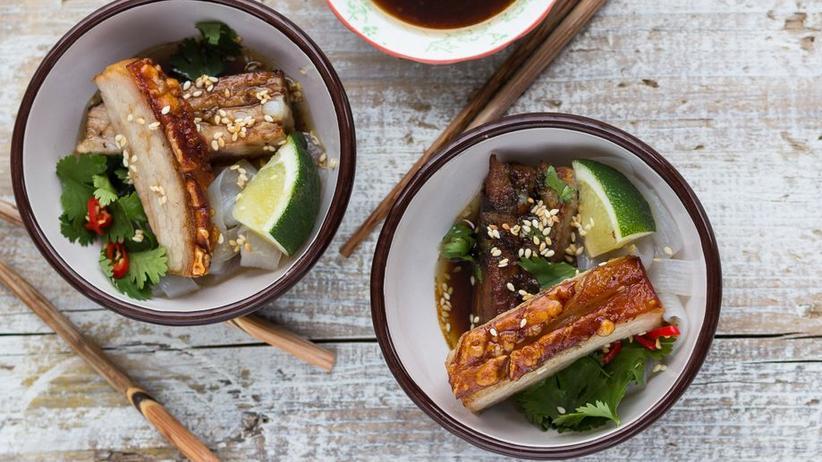 Asiatischer Schweinebauch mit Reisnudeln, Koriander und Chili