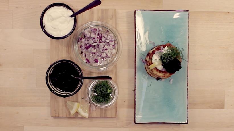 Mini-Pfannkuchen aus Västerbotten-Käse mit vegetarischem Kaviar