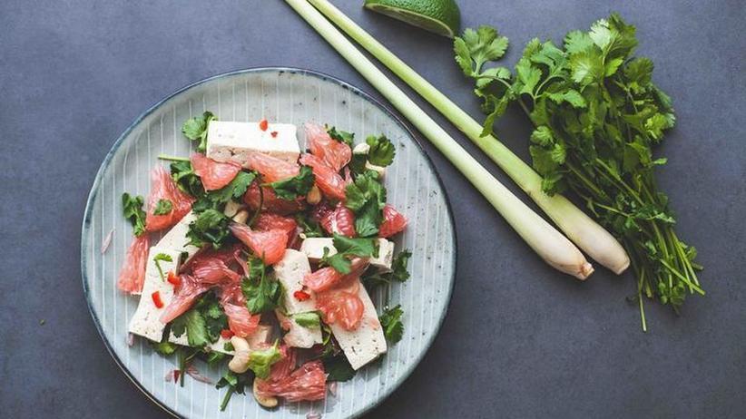 Pomelosalat mit Tofu und Koriander