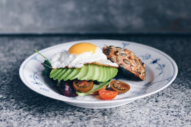 Frühstücks-Sandwich mit Sataysauce und Spiegelei