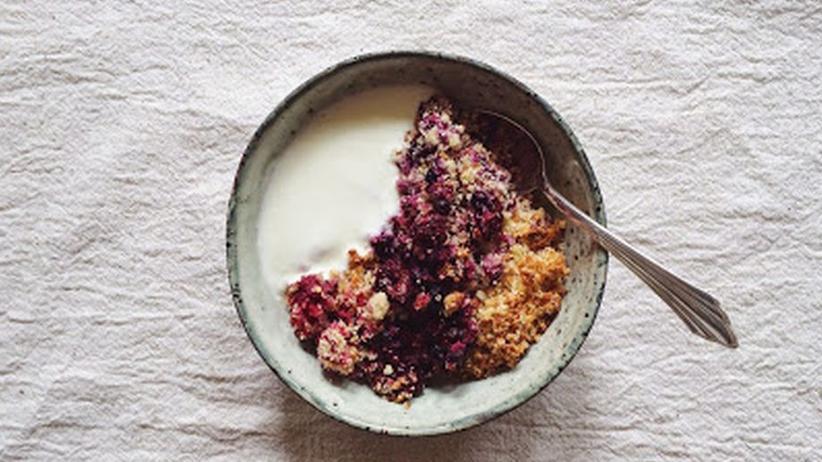 Beeren-Hirse-Crumble mit griechischem Joghurt