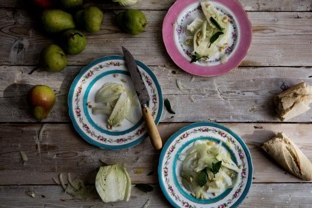 Frischer Fenchel-Salat mit gerösteten Pininenkernen