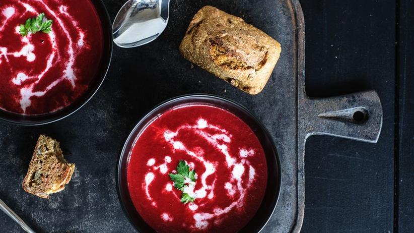 Rote Bete Suppe mit selbst gebackenem Dinkelvollkornbrötchen