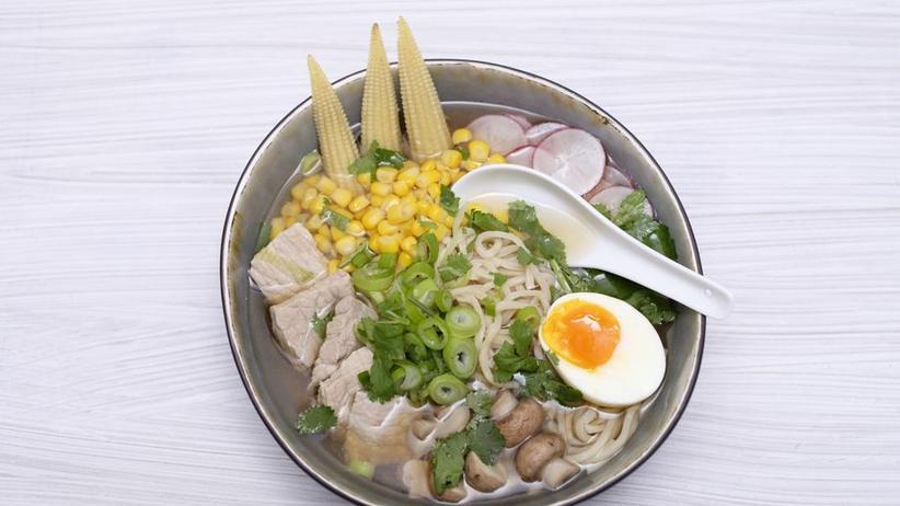 Selbstgemachte Ramen-Suppe mit Rindfleisch und Ei