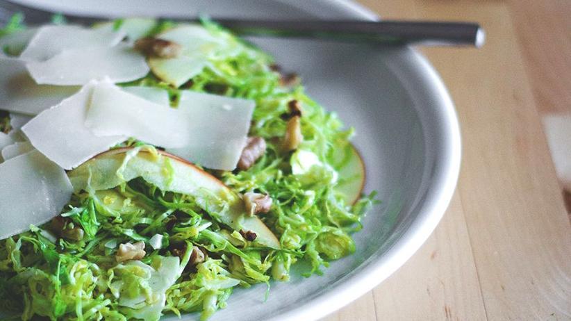 Rosenkohl-Salat mit Äpfeln, Walnüssen und Pecorino