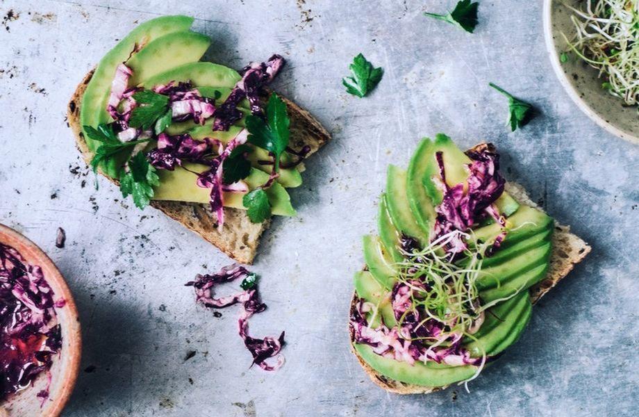 Sonntagsessen: Avocado auf selbstgemachtem Sauerteigbrot mit Radicchio-Salat