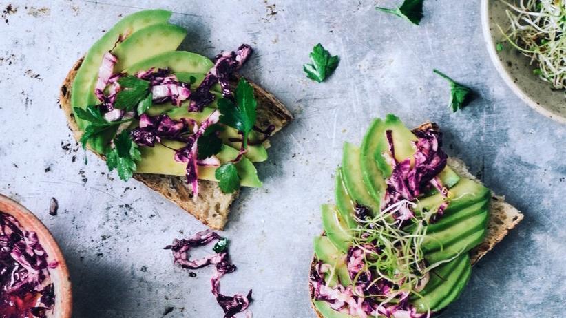 Avocado auf selbstgemachtem Sauerteigbrot mit Radicchio-Salat
