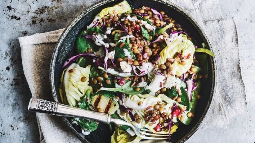 Rusus Lazy Sunday Salad mit Linsen, rotem Reis, Salat und Rosenkohl
