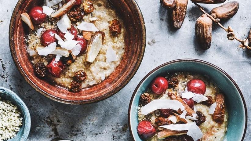 Porridge mit Datteln, Beeren und Chiasamen