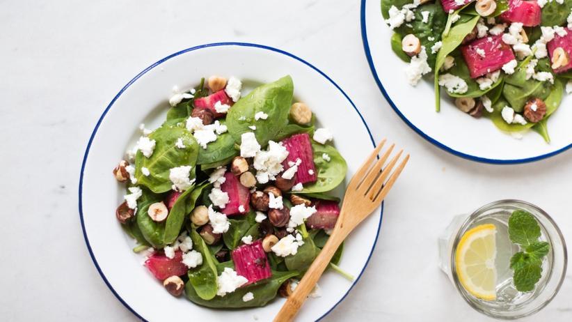 Spinatsalat mit karamellisiertem Rhabarber und Haselnüssen