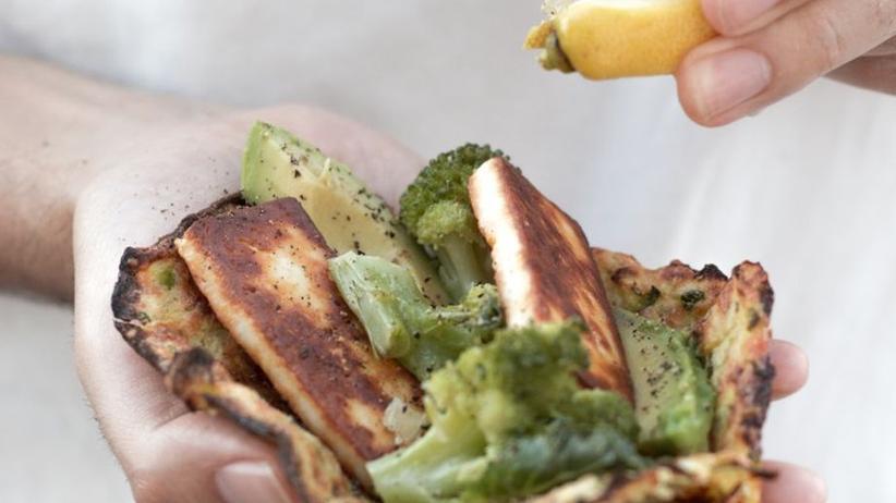 Selbstgemachte Wraps aus Zucchini mit Halloumi