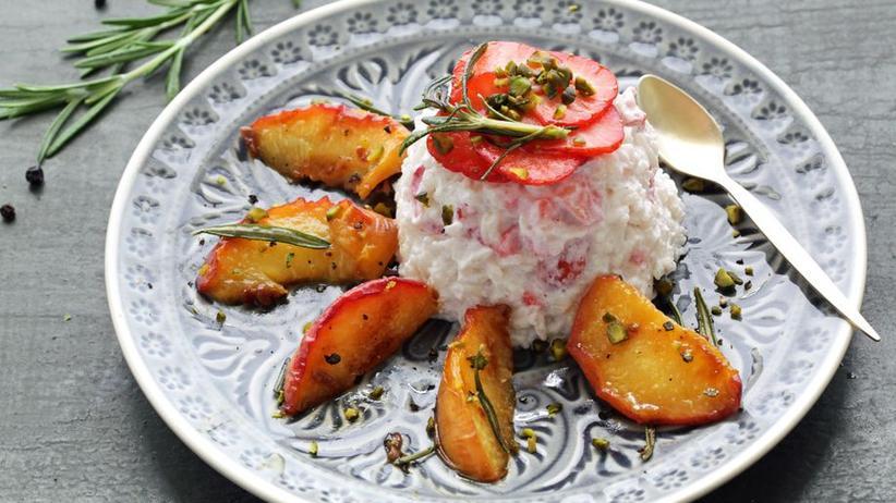 Erdbeermilchreis mit Ziegenkäse und Rosmarin-Pfirsichen