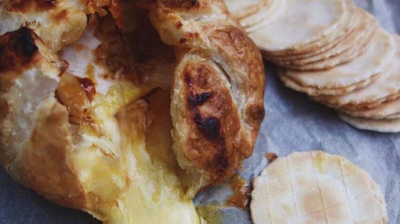 In Blätterteig gebackener Camembert mit Aprikosenmarmelade und Mandeln