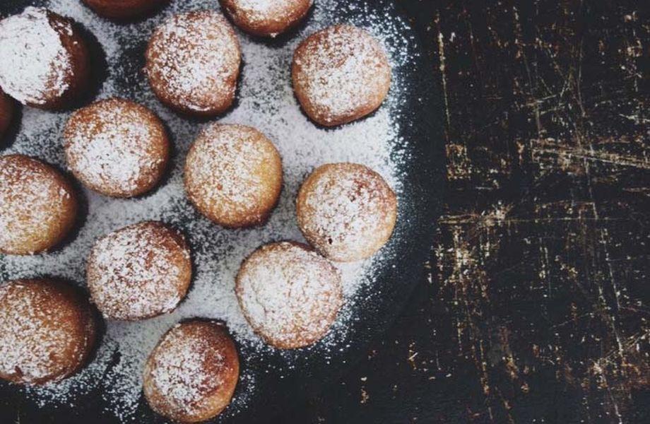 Selbstgemachte Donuts mit salziger Karamellfüllung und Puderzucker