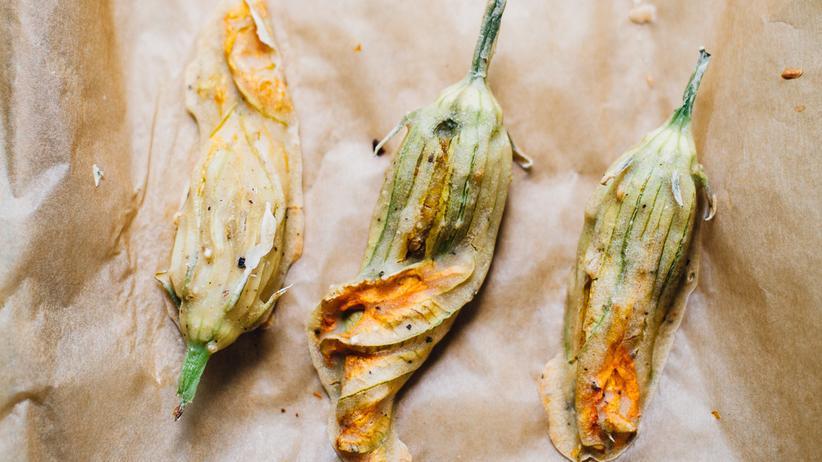 Mit Cashewkäse gefüllte Zucchiniblüten
