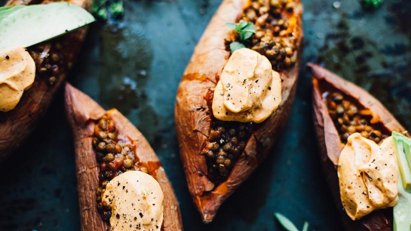 Mit Linsen gefüllte Süßkartoffeln