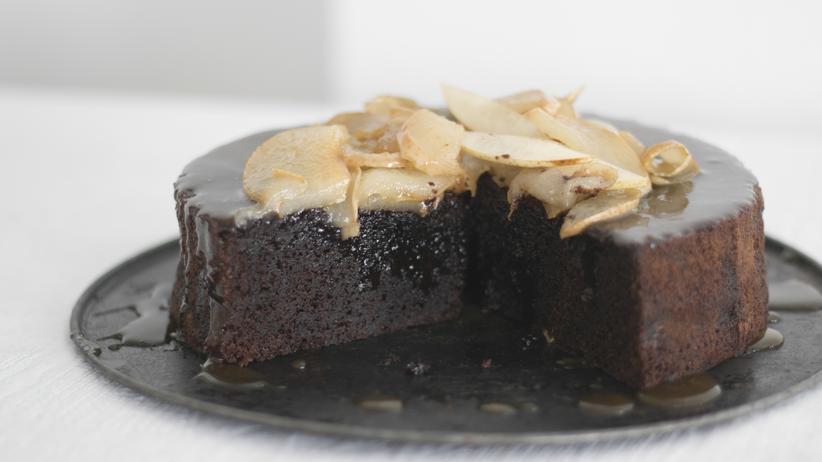 Chocolate Mud Cake mit dunkler Schokolade, karamellisierter Nashi und Karamellsoße