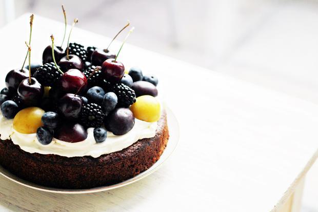 Kuchen: Auberginen-Schokoladenkuchen mit Beeren