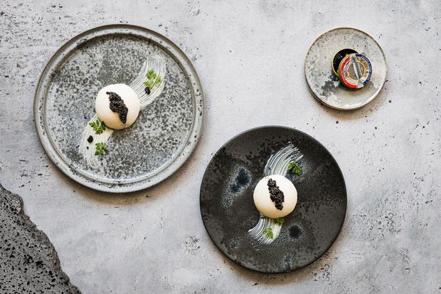 Weiße Schokomousse mit Blumenkohl und Kaviar