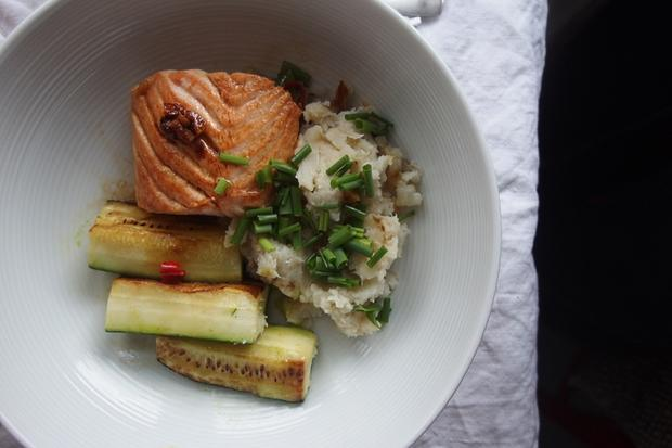 Sonntagsessen: Glasierte Lachsfilets mit Topinambur-Püree und Zucchini
