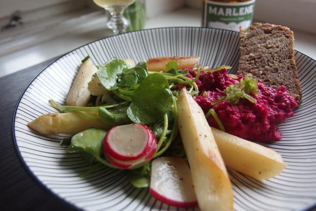 Sonntagsessen: Salat mit gebratenem Spargel, Postelein und Rote-Bete-Hummus