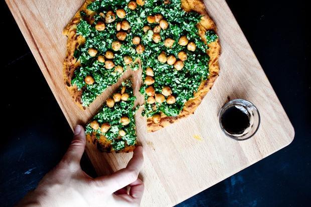 Sonntagsessen: Süßkartoffel-Fladen mit Spinat-Pesto und gerösteten Kichererbsen