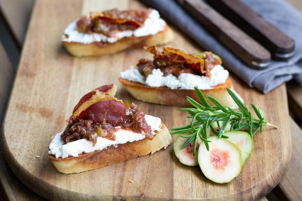 Italienische Küche: Bruschetta mit Feigenragout, Ziegenfrischkäse und Coppa