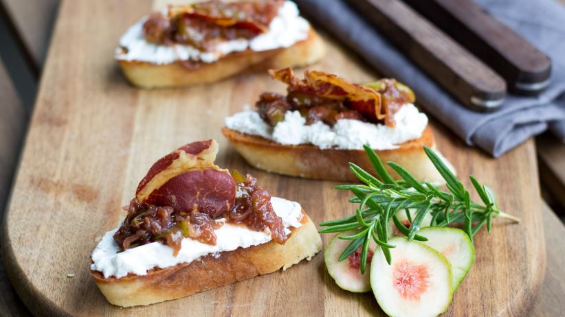 Bruschetta mit Feigenragout, Ziegenfrischkäse und Coppa