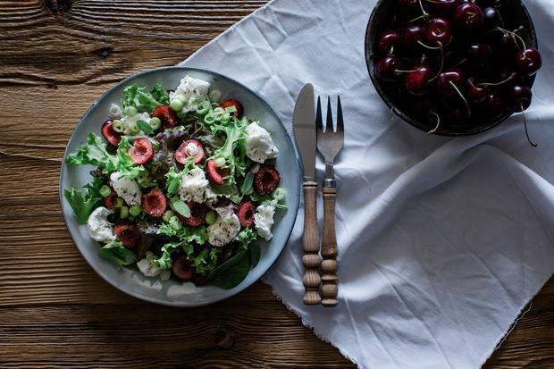 Sommer-Rezepte: Salat mit Kirschkonfitüre, Büffelmozzarella und Walnüssen