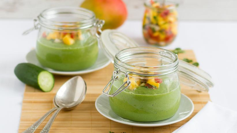 Italienische Küche: Gurke-Avocado-Suppe mit Mango-Salsa