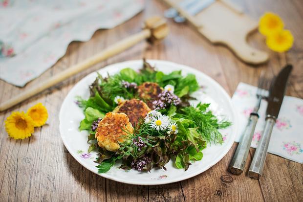 Sonntagsessen: Kaspressknödel mit Wildkräutersalat