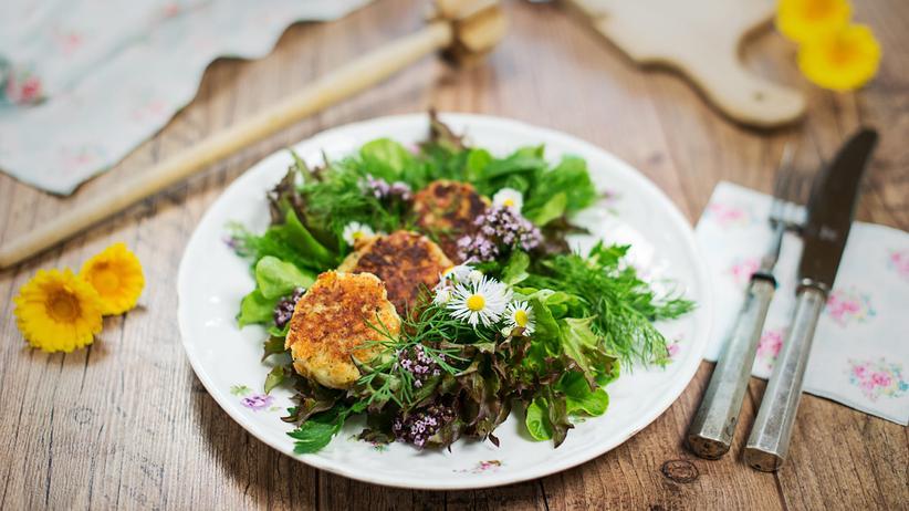 Kaspressknödel mit Wildkräutersalat
