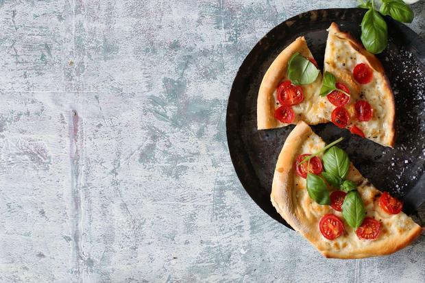 Pinsa mit Büffelmozzarella, Tomaten und Basilikum
