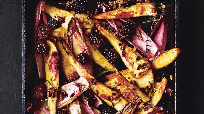Gebackenes Gemüse: Die Pastinaken mit Brombeeren und Radicchio schmecken solo – oder als Beilage zum Schweinekotelett.