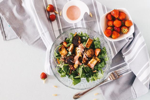 Sonntagsessen: Beim Erdbeer-Rucola-Salat kommen die Erdbeeren auch ins Dressing.